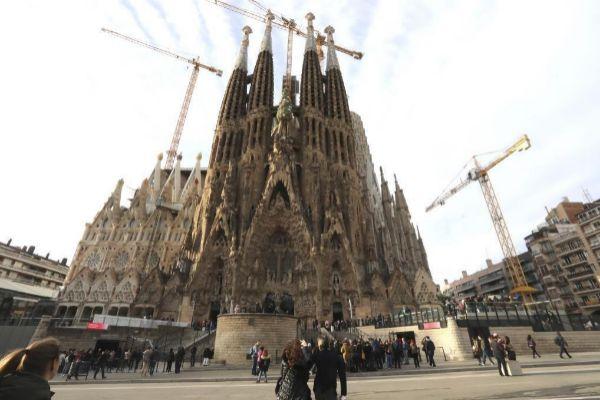 El templo de la Sagrada Familia de Barcelona, rodeado de grúas