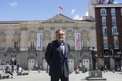 Pepu Hernández, candidato socialista a la alcaldía de Madrid frente al Teatro Español