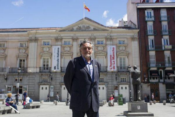 Pepu Hernández frente al Teatro Español.