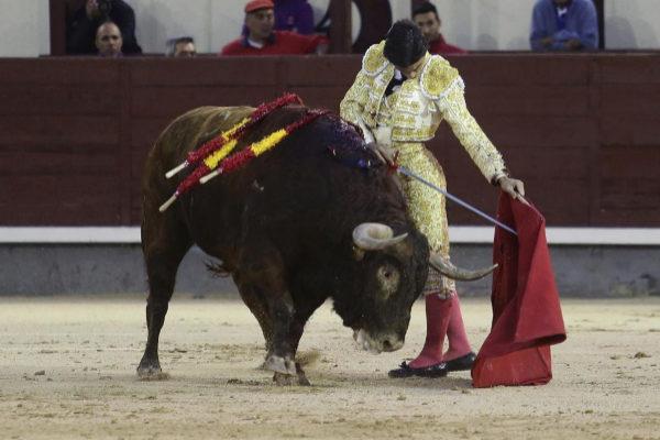 Descomunal muletazo de Pablo Aguado al sexto toro de Montalvo en la quinta corrida de la Feria de San Isidro
