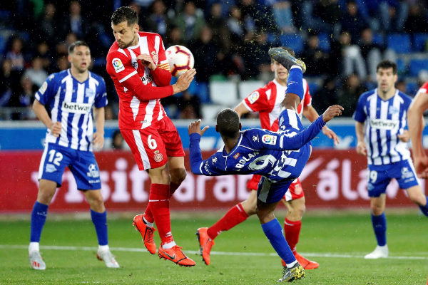 GRAF3779. VITORIA (ÁLAVA).- El delantero uruguayo del Deportivo Alavés Diego Rolan (d), remata ante el centrocampista del <HIT>Girona</HIT> FC Álex Granell (i), en un momento del partido correspondiente a la jornada 38 de LaLiga Santander de fútbol disputado este sábado en el campo de Mendizorrotzacde Vitoria.