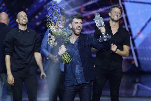 Duncan Laurence celebra su victoria sobre el escenario de Eurovisión en  Tel Aviv.