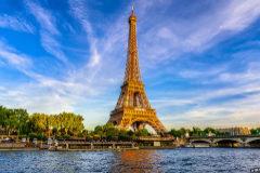 La Torre Eiffel de París con el Sena en primer plano.