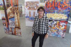 Ángela García rodeada de varias de sus obras que radiografían la ciudad.