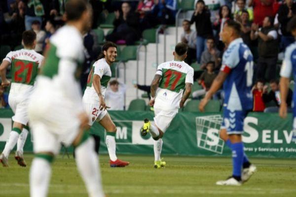 Celebración del gol de Josán ayer en Elche.