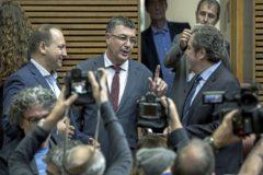 El presidente del Parlamento, Enric Morera, con Dalmau (Podemos) y Llanos (VOX), en la constitución de las Cortes.