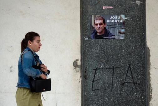 Una mujer pasa junto a un cartel que pide la liberación del detenido José Antonio Urritikoetxea Bengoetxea, Josu Ternera, en Miravalles (Vizcaya)