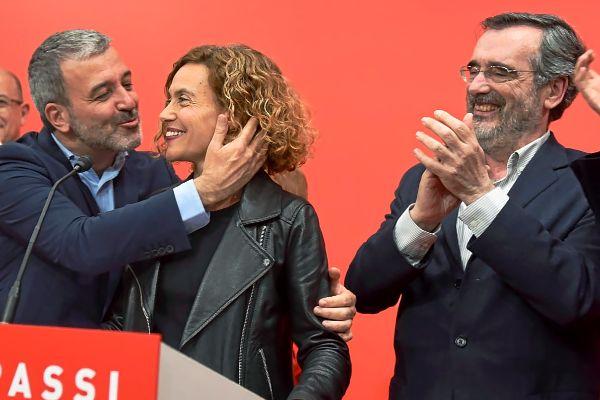 Meritxell Batet (con Jaume Collboni) y Manuel Cruz, durante la noche electoral de las generales del 28 de abril