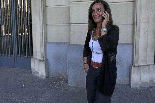 La juez Núñez Bolaños, hablando por teléfono en la entrada de los juzgados del Prado de Sevilla.