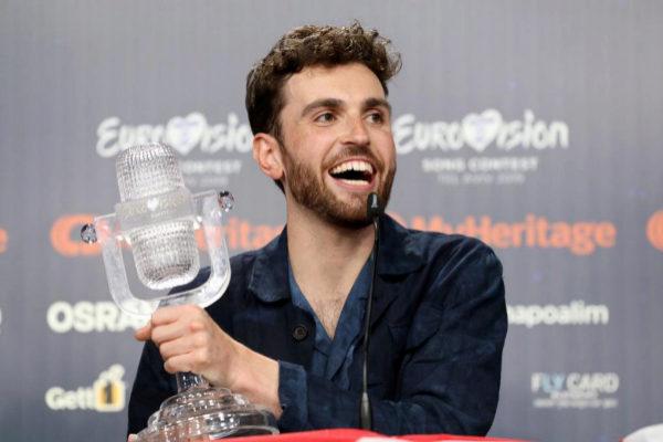 Duncan Laurence recoge su premio tras ganar Eurovisión 2019.
