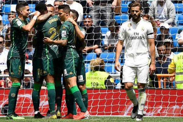 Los jugadores del Betis celebran un gol junto a Nacho.