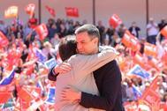 Pedro Sánchez y Guillermo Fernández Vara se abrazan en Mérida