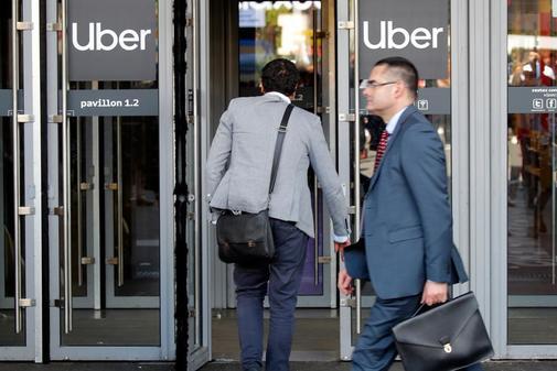 Visitantes de la feria VivaTech en París entran en las oficinas de Uber en París, el pasado jueves.