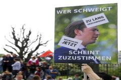 Manifestantes con retratos de Sebastian Kurz piden un adelanto electoral, en Viena.