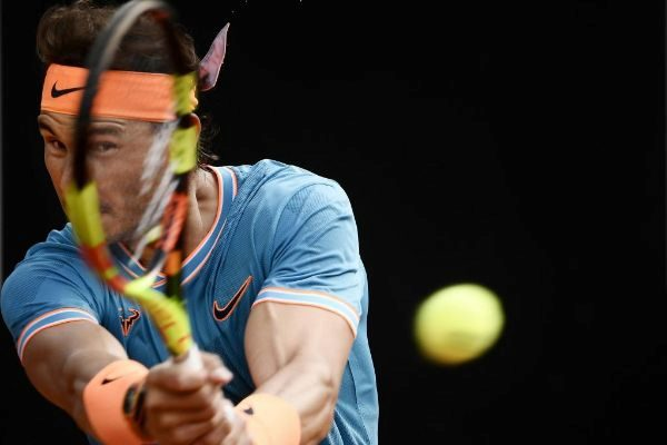 Nadal golpea de revés ante Djokovic, en la final de Roma.