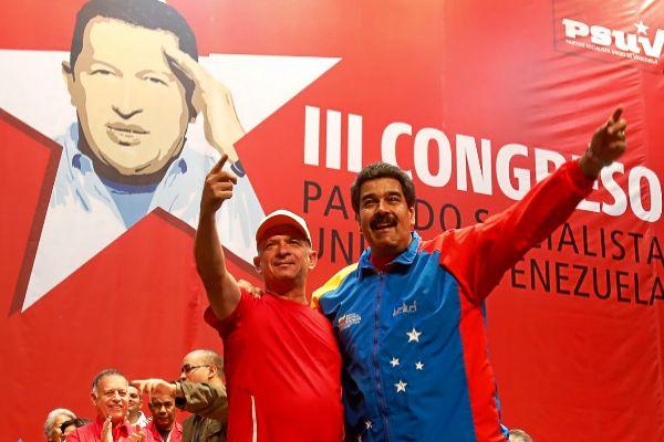 Hugo Carvajal se abraza a Nicolás Maduro, durante un acto en 2014.