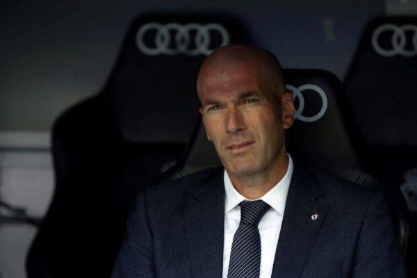 GRAF3967. MADRID.- El entrenador del Real Madrid, el francés Zinedine <HIT>Zidane</HIT>, en el banquillo durante el partido ante el Betis, de la trigésima octava jornada de LaLiga que se disputa esta mañana en el estadio Santiago Bernabéu.