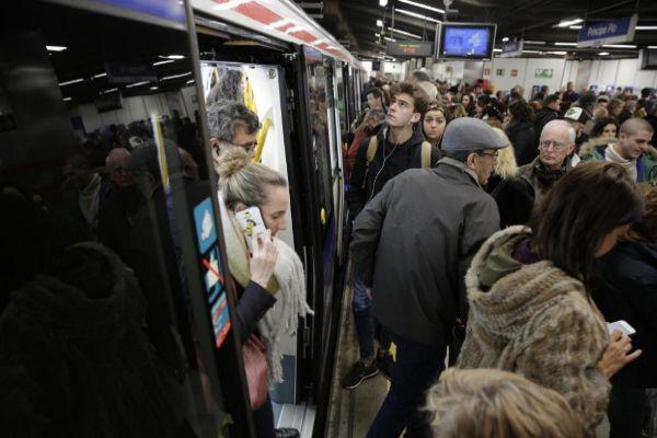 Viajeros del metro en una anterior huelga del suburbano.
