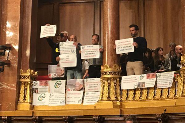 Imagen de representantes del sindicato CSIF durante una protesta celebrada en el último pleno municipal contra Ada Colau