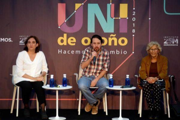 Pablo Iglesias con Ada Colau y Manuela Carmena durante un acto.
