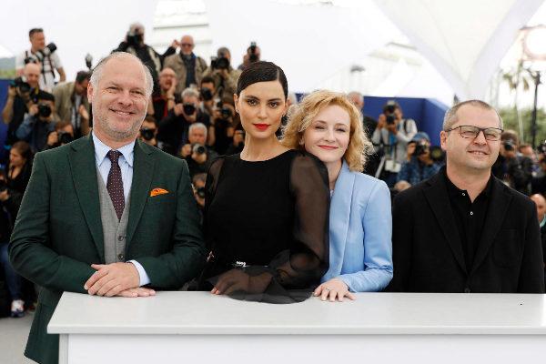 Vlad Ivanov, Catrinel Marlon y Rodica Lazar con el director Corneliu Porumboiu.