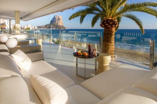 Dorée Gin & Sea es un moderno espacio con camas balinesas pegadas al mar.