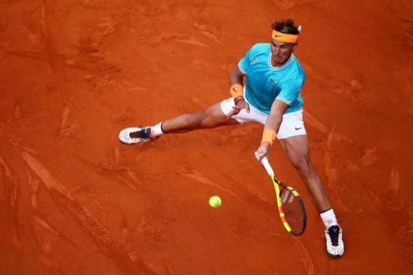 Nadal golpea un 'drive' en la final ante Djokovic.