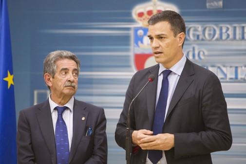 Miguel Ángel Revilla escucha a Pedro Sánchez durante una de las visitas a Santander del actual presidente en funciones.