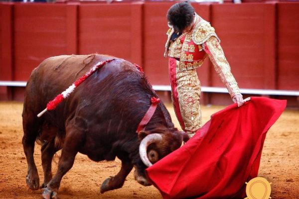 Cadencioso natural de Ángel Jiménez al cuarto novillo de El Parralejo este domingo en la Maestranza