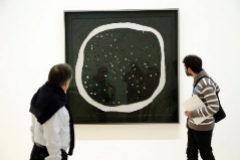 Dos visitantes contemplan una obra de Lucio Fontana en el Guggenheim Bilbao.