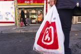 Un cliente sale con su compra de una tienda de Dia