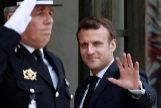 Emmanuel Macron saluda a los periodistas en el el Elíseo
