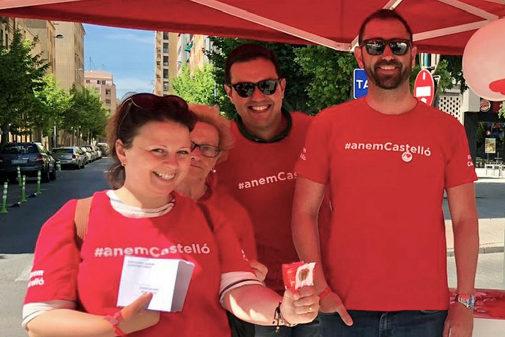 Braina. a la derecha, en un puesto informativo del PSPV en Castellón.