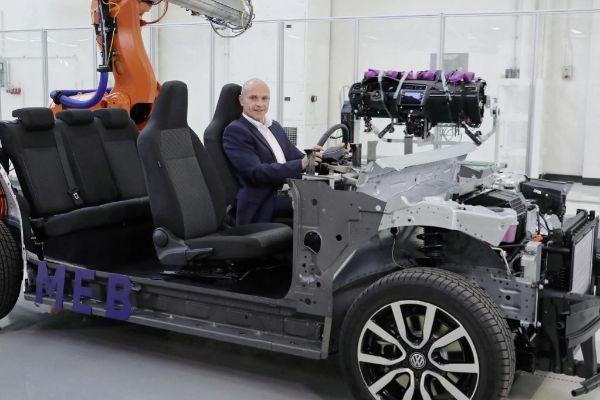 Thomas Ulbrich a bordo de una plataforma MEB que utilizará el Volkswagen ID.3.
