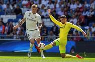 GRAF4081. MADRID.- El centrocampista del Real Madrid Toni <HIT>Kroos</HIT> (i), ante el defensa del Villarreal Álvaro González (d), durante el partido de LaLiga que se disputa esta tarde en el estadio Santiago Bernabéu, en Madrid.