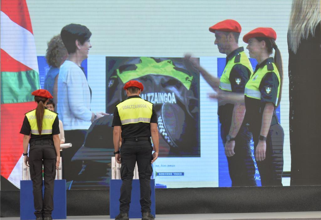 Entrega de acreditaciones a los policías locales en la academia de Arkaute.