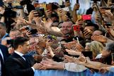 El presidente electo, Volodymyr Zelensky, saluda a los ciudadanos que le esperaban a las puertas de la Rada Suprema.
