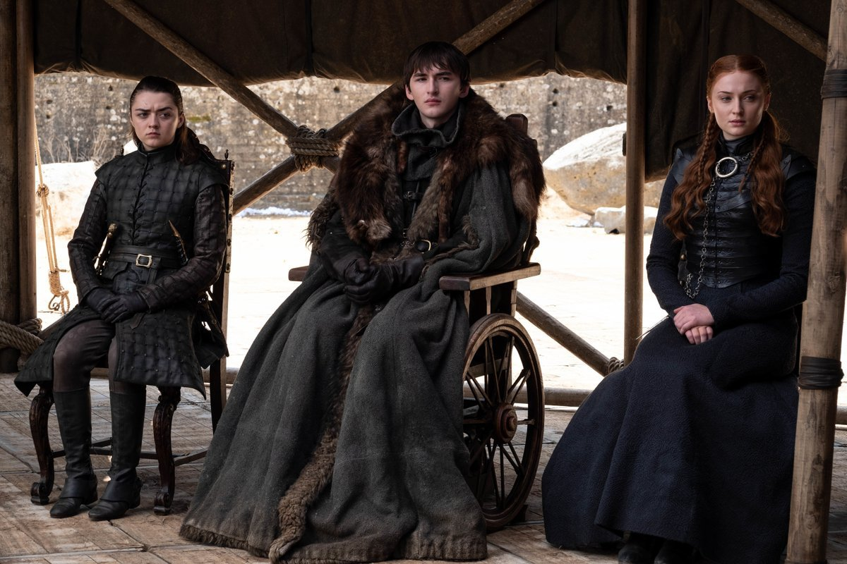 Arya Stark (Maisie Williams), Bran Stark (Isaac Hempstead-Wright) y Sansa Stark (Sophie Turner) en el final de Juego de Tronos en HBO