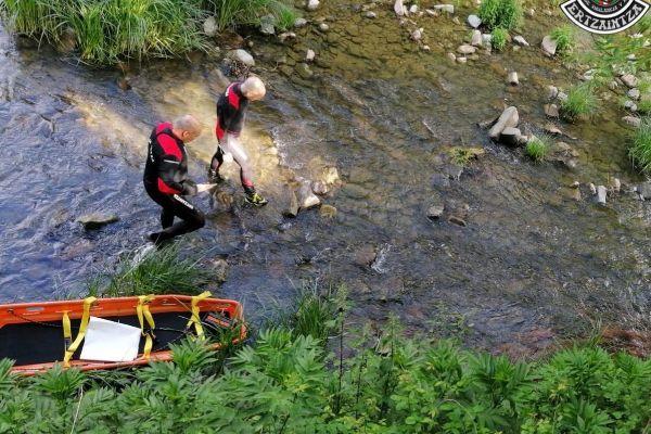 Ertzainas inspeccionan el río de Gordexola donde ha aparecido el cadáver.