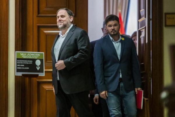 Oriol Junqueras, seguido de Gabriel Rufián, tras acreditarse en el Congreso.