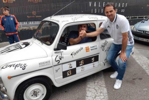 El presidente de la Asociación de Futbolistas, Fernando Giner, despide a los dos aficionados que van a Sevilla en 600.