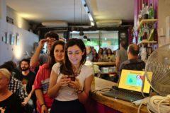 Público en una de las charlas del festival del año pasado en un bar.