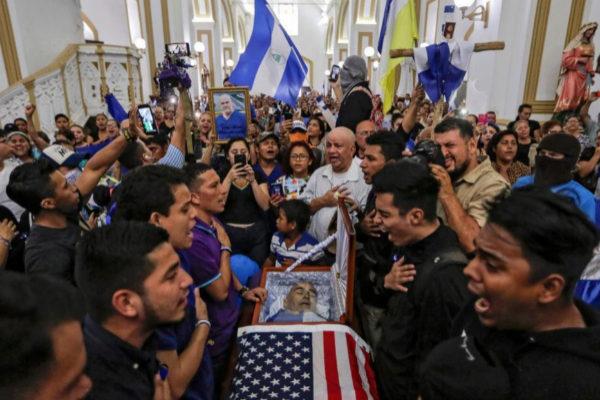 Familiares y amigos de Eddy Montes frente a su féretro, en la catedral de Matagalpa.