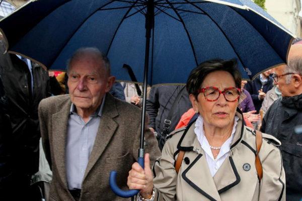 Los padres del enfermo Vincent Lambert, que se oponen a que sea desconectado, frente al hospital de Sebastopol en Reims.