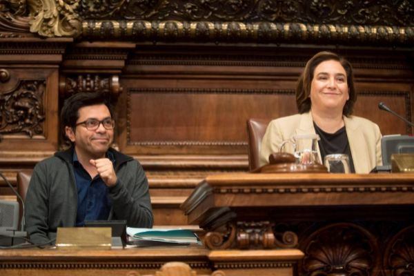 GRAFCAT8152. <HIT>BARCELONA</HIT>.-La alcaldesa de <HIT>Barcelona</HIT>, Ada Colau (d), y el primer teniente alcalde, Gerardo Pisarello (i), durante el último <HIT>pleno</HIT> ordinario que celebra el <HIT>Ayuntamiento</HIT> de <HIT>Barcelona</HIT> antes de los comicios y donde la propuesta de transformación del Zoo de <HIT>Barcelona</HIT>, el ambulatorio del Raval y la situación política son los puntos destacados a tratar.