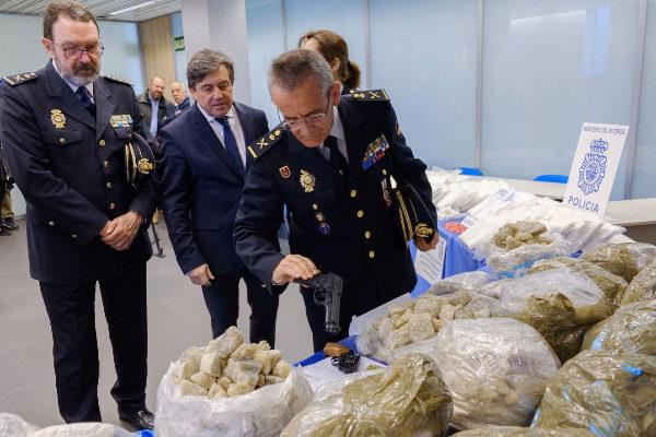 El jefe superior de Policía, Jesús Herranz (d); el delegado del...