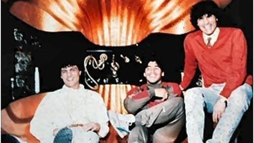 Maradona rodeado por dos miembros de la familia Giuliano de la camorra napolitana.