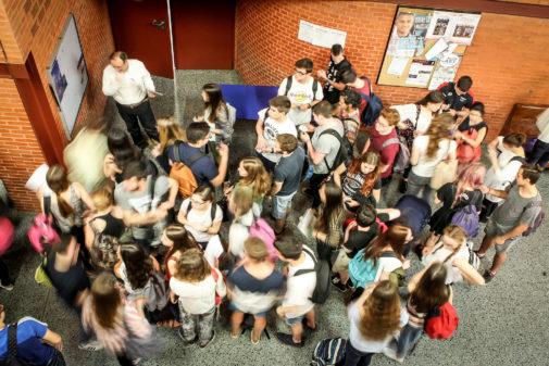 Un grupo de universitarios en el pasillo de un aulario de Tarongers de la Universitat de València.