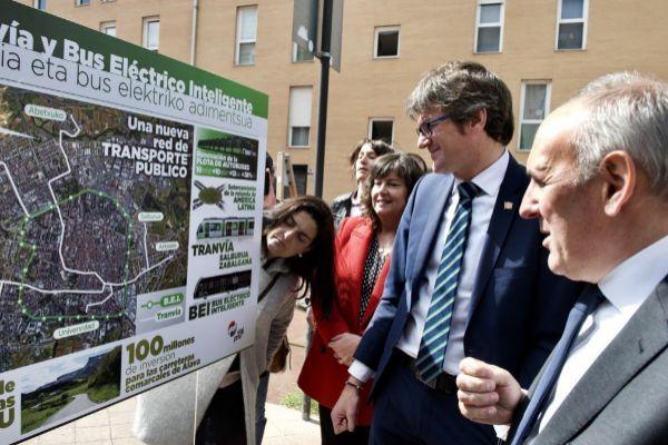 Urtaran y González, ante un plano del desarollo del tranvía y bus eléctrico.