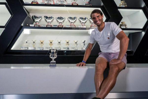 Nadal posa con el trofeo de Roma en su museo de Manacor.